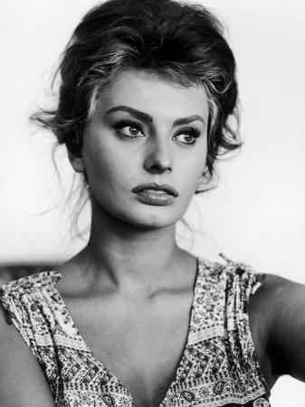 alfred-eisenstaedt-actress-sophia-loren-at-home