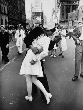 alfred-eisenstaedt-american-sailor-clutching-a-white-uniformed-nurse-in-a-passionate-kiss-in-times-square