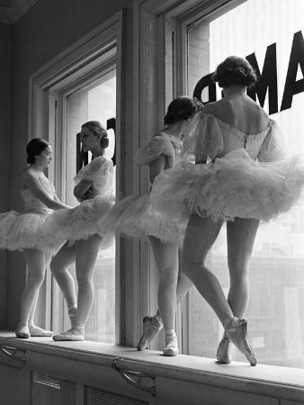 alfred-eisenstaedt-ballerinas-on-window-sill-in-rehearsal-room-at-george-balanchine-s-school-of-american-ballet