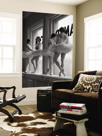alfred-eisenstaedt-ballerinas-on-window-sill-in-rehearsal-room-at-george-balanchine-s-school-of-american-ballet