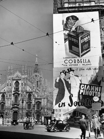 alfred-eisenstaedt-billboard-in-the-piazza-del-duomo-features-abbott-and-costello-whom-italians-call-cianni-e-pinotto