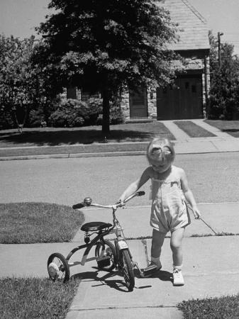 alfred-eisenstaedt-child-playing-with-tricycle