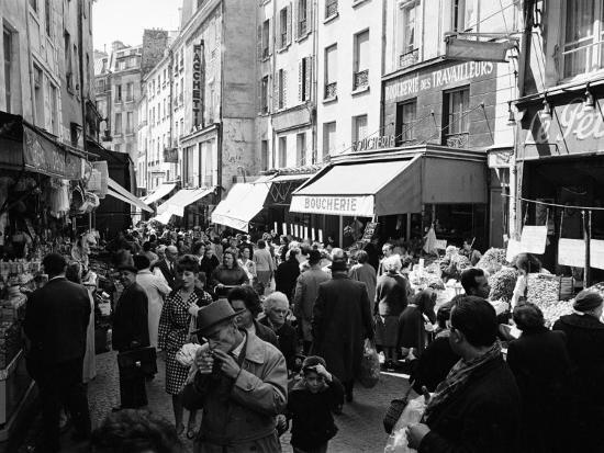 alfred-eisenstaedt-crowded-parisan-street-prob-rue-mouffetard-filled-with-small-shops-and-many-shoppers