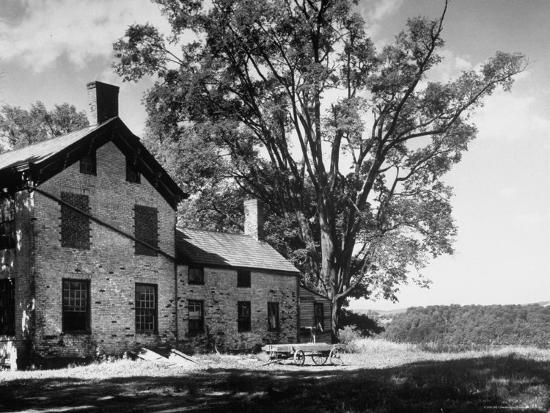 alfred-eisenstaedt-old-brick-farmhouse