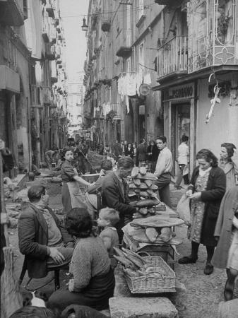 alfred-eisenstaedt-people-buying-bread-in-the-streets-of-naples