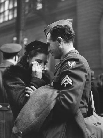 alfred-eisenstaedt-soldier-consoling-wife-as-he-says-goodbye-at-penn-station-before-returning-to-duty-wwii