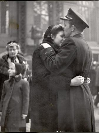 alfred-eisenstaedt-soldier-tenderly-kissing-his-girlfriend-s-forehead-as-she-embraces-him-while-saying-goodbye