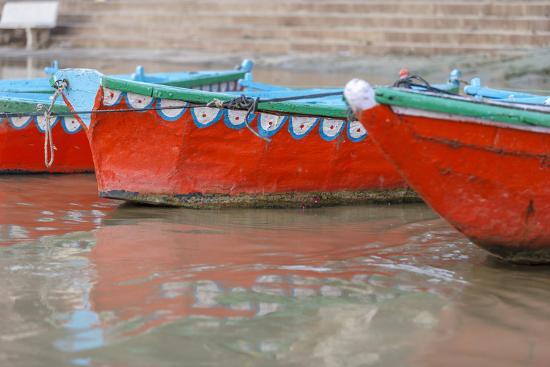 ali-kabas-wooden-boats-in-ganges-river-varanasi-india