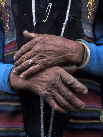 alison-wright-a-tibetan-woman-s-hands