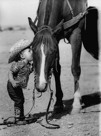 allan-grant-jean-anne-evans-14-month-old-texas-girl-kissing-her-horse