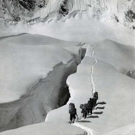 alpinists-walking-on-the-glaciers