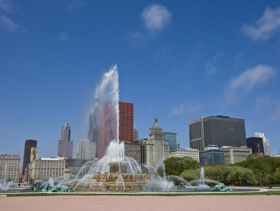 amanda-hall-buckingham-fountain-in-grant-park-with-skyline-beyond-chicago-illinois-usa