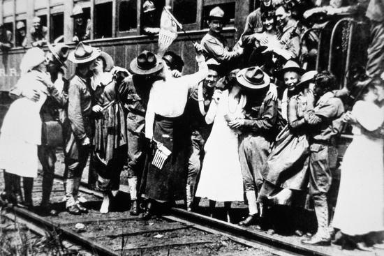 american-photographer-american-soldiers-of-the-62nd-regiment-kiss-the-girls-goodbye-as-they-leave-for-europe-august-1917