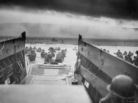 american-troops-on-omaha-beach-during-d-day-invasion-of-normandy