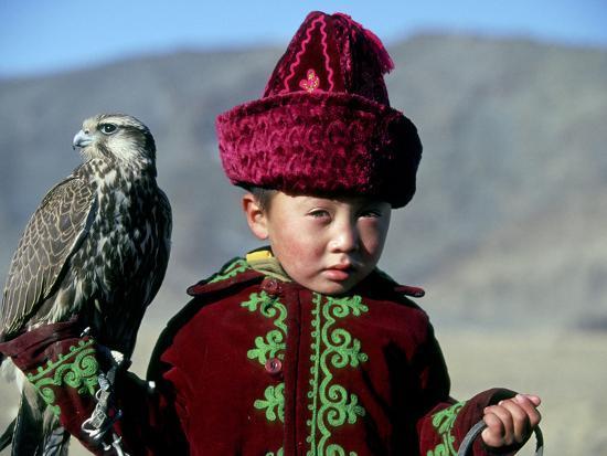 amos-nachoum-young-boy-holding-a-falcon-golden-eagle-festival-mongolia