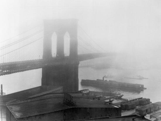 andreas-feininger-brooklyn-bridge-in-the-fog