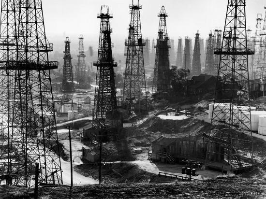 andreas-feininger-forest-of-wells-rigs-and-derricks-crowd-the-signal-hill-oil-fields