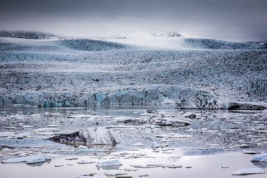 andrew-sproule-icebergs-floating-in-the-glacier-lagoon-beneath-breidamerkurjokull-glacier-jokulsarlon