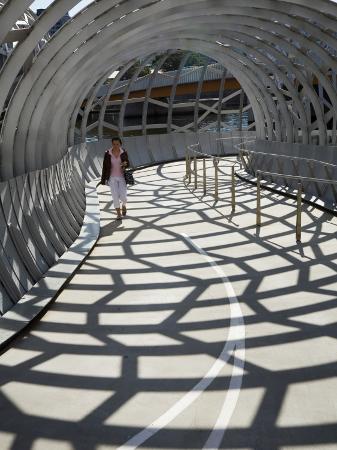 andrew-watson-australia-victoria-melbourne-docklands-pedestrian-crossing-the-webb-dock-bridge
