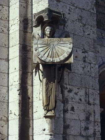 angel-statue-on-the-wall-of-a-cathedral-notre-dame-chartres-france