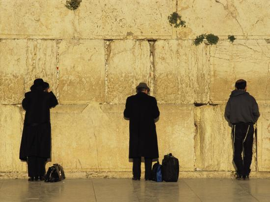 annie-griffiths-belt-jews-pray-at-the-western-wall