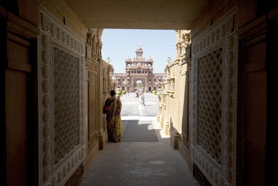 annie-owen-entrance-to-the-jain-swaminarayan-temple-gondal-gujarat-india-asia
