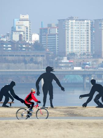 anthony-plummer-person-cycling-past-sculptures-on-han-river-cycleway-sinchon-and-yeouido-seoul-south-korea
