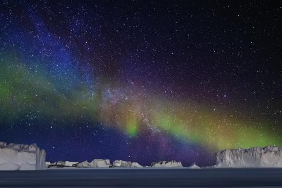 arctic-images-aurora-borealis-or-northern-lights-over-icebergs
