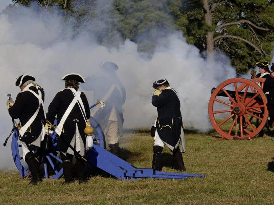 artillery-demonstration-revolutionary-war-reenactment-at-yorktown-battlefield-virginia