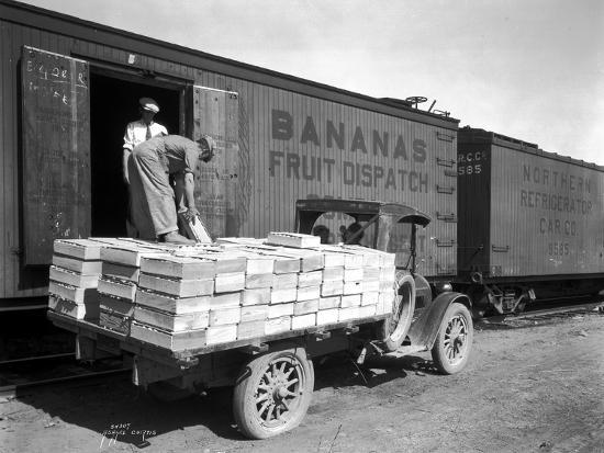 asahel-curtis-loading-peaches-in-car-at-donald-1928