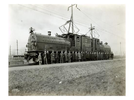 asahel-curtis-locomotive-10254-with-group-at-kent-1920