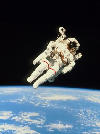astronaut-bruce-mccandless-walking-in-space