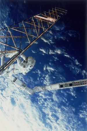 astronaut-on-eva-from-the-space-shuttle-atlantis-1985