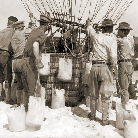 attaching-sandbags-to-the-basket-of-a-balloon-fort-myer-usa-1907