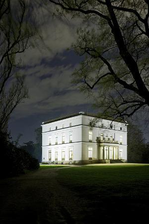 axel-schmies-ernst-barlach-house-museum-at-night-illuminated-park