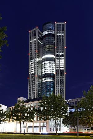 axel-schmies-tower-185-dusk-theodor-heuss-allee-district-gallus-european-district