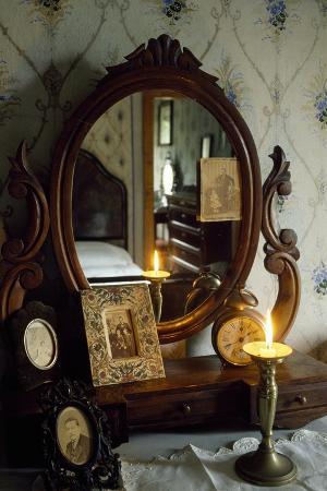 bedroom-in-the-giovanni-pascoli-house-museum-castelvecchio-pascoli-barga-tuscany-italy