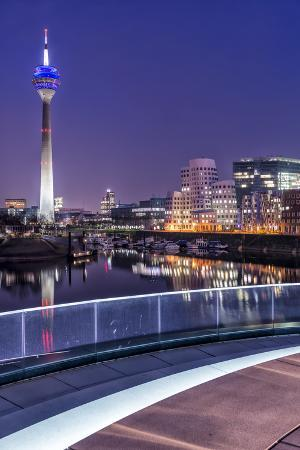 bernd-wittelsbach-d-sseldorf-north-rhine-westphalia-media-harbour-with-television-tower-and-gehry-houses-at-dusk