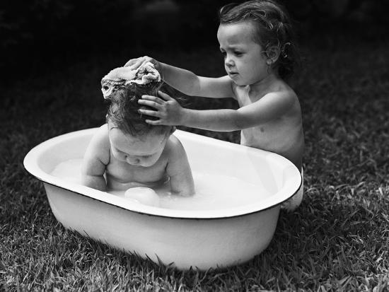 bettmann-baby-siblings-taking-a-bath