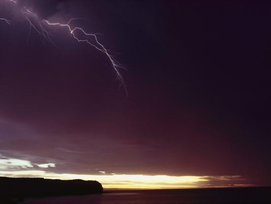bill-curtsinger-a-bolt-of-lightning-crosses-a-stormy-sky