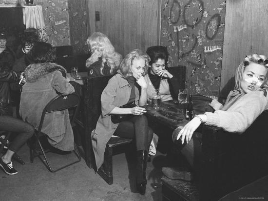bill-ray-girlfriends-of-hell-s-angels-members-sitting-away-from-hell-s-angels-in-separate-part-of-the-bar