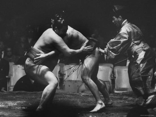 bill-ray-sumo-wrestlers-during-match