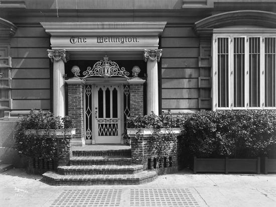 byron-company-entrance-to-the-hotel-wellington-871-7th-avenue-new-york-1907