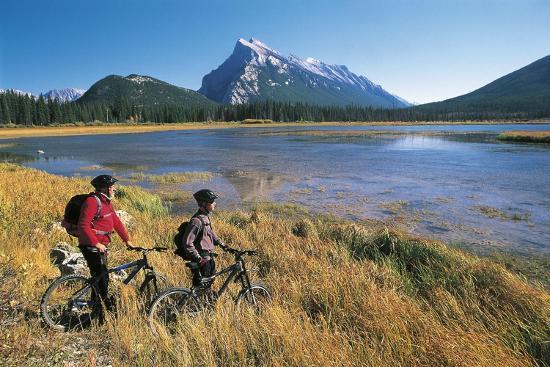 canada-alberta-banff-national-park-vermilion-lake-tourists-with-bikes