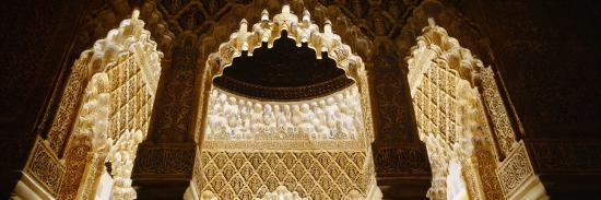 carving-on-columns-of-a-palace-court-of-lions-alhambra-granada-andalusia-spain