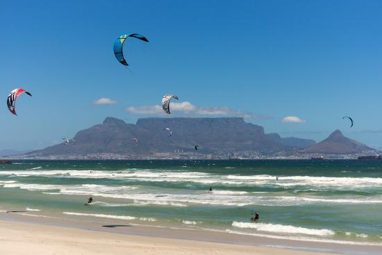 catharina-lux-south-africa-capetown-kitesurfer-in-front-of-the-table-mountain-silhouette