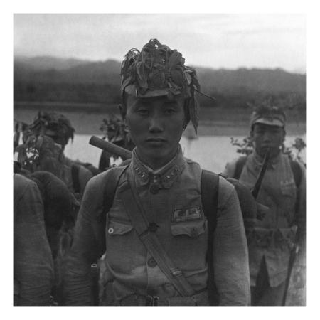 cecil-beaton-vogue-july-1945-chinese-soldier-in-camouflage