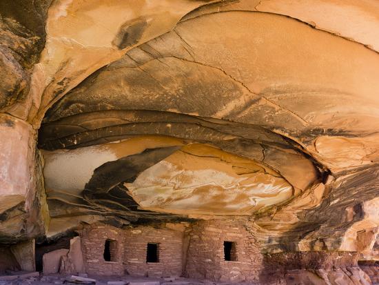 charles-crust-usa-utah-blanding-fallen-roof-ruin-in-road-canyon-on-cedar-mesa