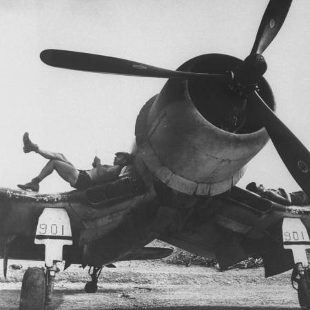 charles-fenno-jacobs-marines-of-vmf-222-relaxing-on-wings-of-their-aircraft-between-air-strikes