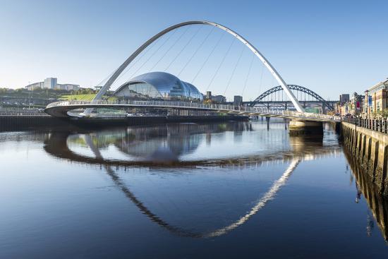 chris-hepburn-day-view-of-gateshead-millennium-bridge-river-tyne-newcastle-upon-tyne-tyne-and-wear-england